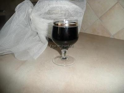 Nalewka z czarnego bzu http://kolorowowkuchni.blogspot.com/2012/06/nalewka-z-czarnego-bzu.html