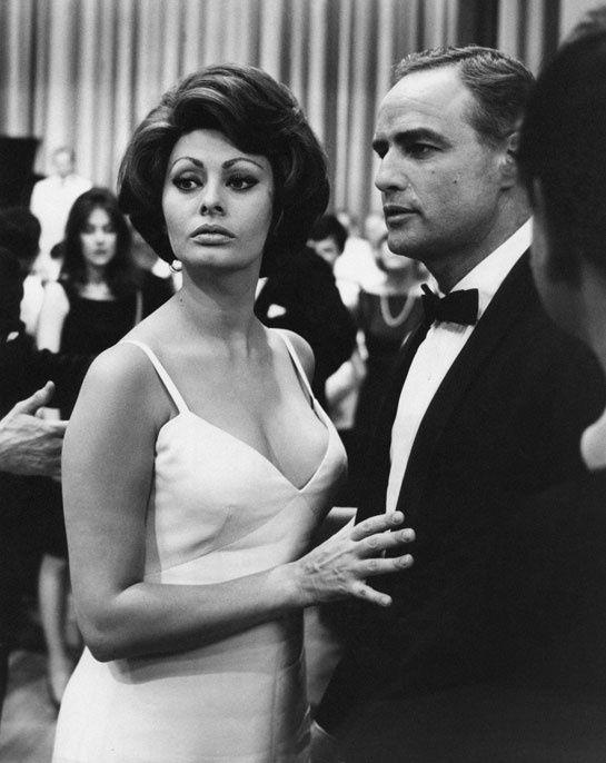 Sophia Loren et Marlon Brando à la première du film A Countess from Hong Kong à Londres en 1962.
