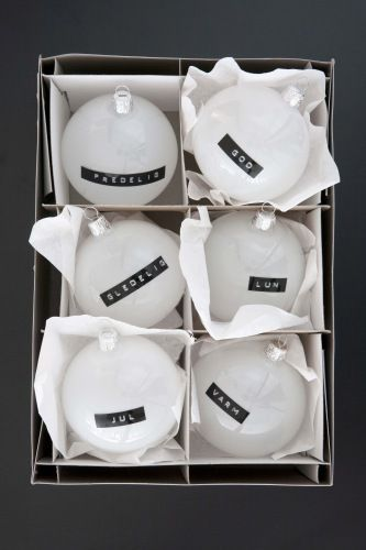 Kerstmisballen wit met zwarte tekstlabels