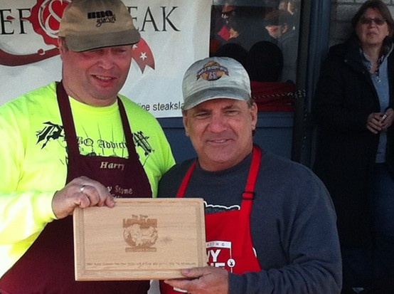 Prijsuitreiking tijdens Tony Low & Slow. Mijn ovenplanken worden gebruikt als Trophy tijdens dit bbq-evenement.  Dit jaar sponsor ik het evenement wederom.