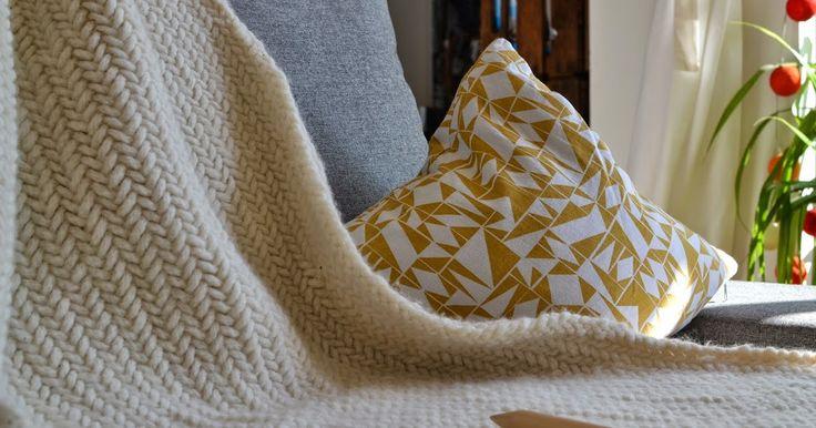 HIer findet ihr eine Anleitung um eine Decke selber zu stricken. Man benötigt dazu große Nadeln und dicke Wolle. Die Strickdecke ist ein tolles Hochzeitsgeschenk, eignet sich aber auch als Babydecke. Babydecke selber stricken.Strickanleeitung Decke, Anleitung Kuscheldecke stricken, Tagesdecke stricken