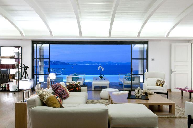 O verão em uma luxuosa mansão em Saint-Tropez nunca sai de moda! #beautiful #luxo #mar #amopraia http://br.luxuryestate.com/p25021661-casa-independente-em-venda-saint-tropez