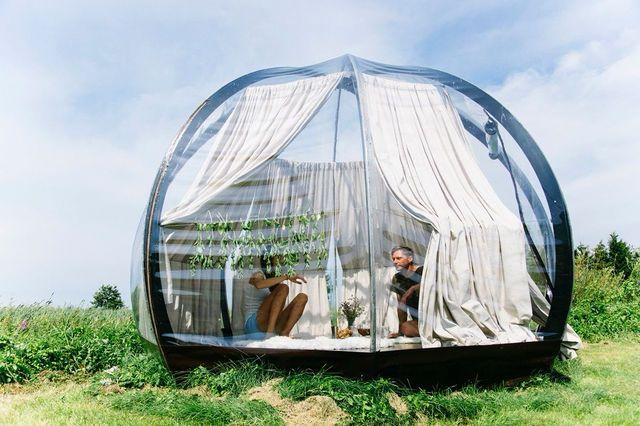 原っぱに寝転がって星空を眺める。そんなアウトドアの醍醐味を一晩中味わうためにはどうしたらいいんだろう。そう考えたリトアニアのデザイナーVytautas Puzeras氏は、透明度の高い素材で覆ったドーム型のテントを作り出しました。テントといっても、実際にはシェルターとして使える機能性を持っています。大人が6人ほど入ってもゆったりと座れる空間になっており、雨や風にも耐えられる仕様。半日ほどで設...