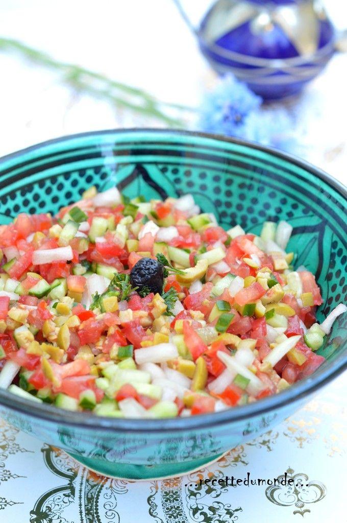 Hello! Une petite salade qui a énormément de succès chez nous, on ne s'en passe pas! Il suffit de couper en tout petits morceaux (à l'aide d'un appareil pour ma part!) , quelques tomates, concombre, oignons et olives vertes, d'arroser d'un filet d'huile...
