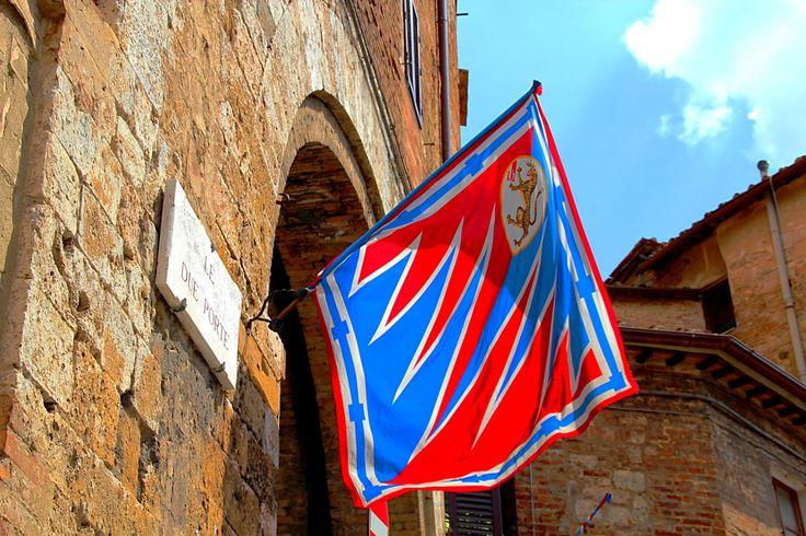 Palio di Provenzano 2013. Fuori dalle Due Porte sventolano gli sgargianti colori della Pantera. Foto del Tesoro di Siena