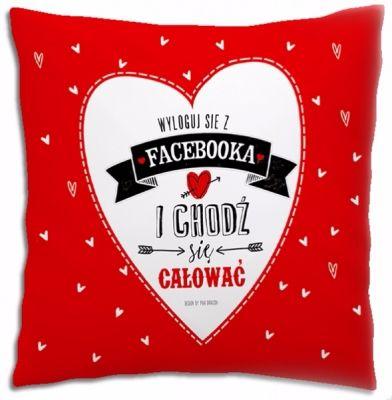 """Miękka poduszka z kolekcji Love dla ukochanej osoby  i z napisem """"Wyloguj sie z facebooka i chodź się całować!"""".  Ta czerwona poduszka zawiera romantyczny napis i rysunek, co sprawi,  że będzie dla obdarowanej osoby wspaniałą pamiątką i nie raz przytuli ją do serca."""