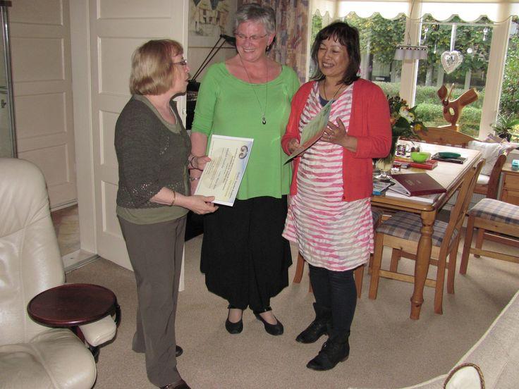Mieke Mudde en Shirley van der Ploeg ontvangen het Mandala certificaat uit handen van Danka Hüsken-Smit