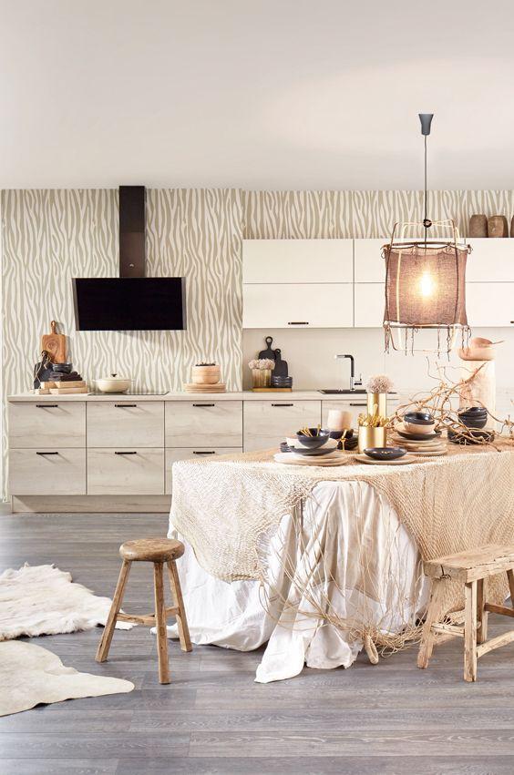 Safari Küche mit großem Esstisch mit Safari Dekoration