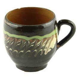 Lutul utilizat la realizarea acestei cesti poarta amprenta mesterilor populari din Horezu si este ars de 2 ori la temperaturi ce ating 1000C.Pictata in culorile specifice ceramicii smaltuite de Horezu, pe fond maro si cu model geometric in nuante de verde, alb si portocaliu, aceasta canuta surprinde perfect stilul inegalabil al mesterilor populari ce dau viata lutului din Horezu. (Ceramic spigot of Horezu)