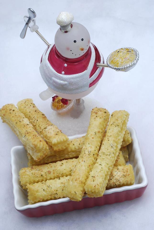 """""""grissini al parmigiano"""" Stendete la pastasfoglia su un foglio di carta da forno. Tagliate a metà e poi tagliate le 2 sezioni in strisce. Mettete le strisce ottenute su una teglia da forno con la carta da forno. A parte, in una ciotolina mescolate l'uovo e la panna insieme e spennellate un pochino di composto su ogni striscia. Mescolate il formaggio, il sale l'aglio in una piccola ciotola e cospargete generosamente su ogni striscia di pasta. Cuocere in forno a 200° x10-151 croccanti e…"""
