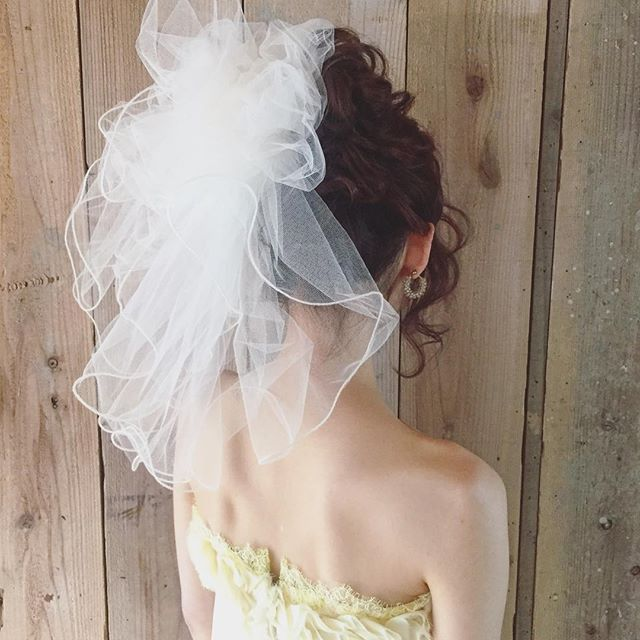 二次会にぴったり♡華やかショートベールをバックにON♪ 結婚式でのベールの付け方まとめ。ウェディング・ブライダルの参考に☆
