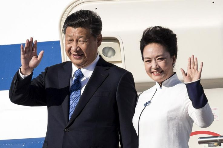 Chinese President Xi Jinping and First Lady Peng Liyuan arrive at Paine Field in Everett, Washington on September 22, 2015. Chinese President Xi Jinping will meet U.S. tech titans and tour Boeing Co's biggest factory and Microsoft Corp's sprawling campus near Seattle this week as he kicks off a U.S. visit that also includes a black-tie state dinner at the White House hosted by President Barack Obama. (David Ryder/Reuters)