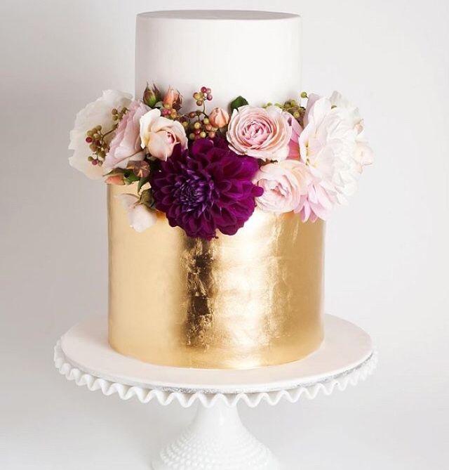 Stunning gold and deep purple cake//