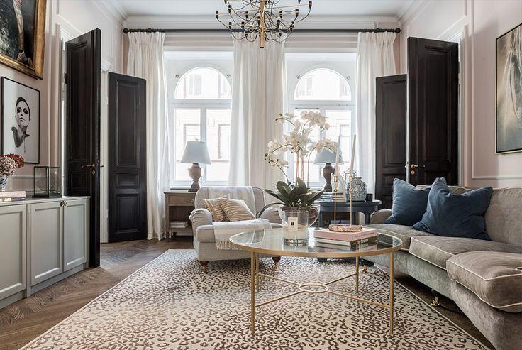 Apto clássico e clean em tons de cinza e rosê/ sala tapete oncinha/ sofá veludo