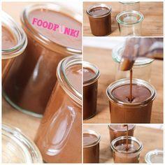 Schokocreme Low Carb: 240g geröstete, gemahlene Haselnüsse; 40g Kakao schwach entölt; 70g Xylit; 80g Kokosöl; ½TL Meersalz. Haselnüsse zu Mus verarbeiten. Kokosöl, Kakaopulver und Xylit im Wasserbad erhitzen und vermengen. Alles zu den Haselnüssen geben, Salz dazu und sehr gut durchmixen. Entweder flüssig verwenden, oder im Kühlschrank fest werden lassen.