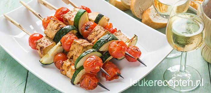 Vegetarische barbecue spiezen met pittig gemarineerde tofu, cherrytomaatjes en courgette