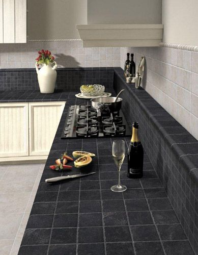 Elios/Exelle, wandtegel antraciet natuursteen toegepast op een keukenblad