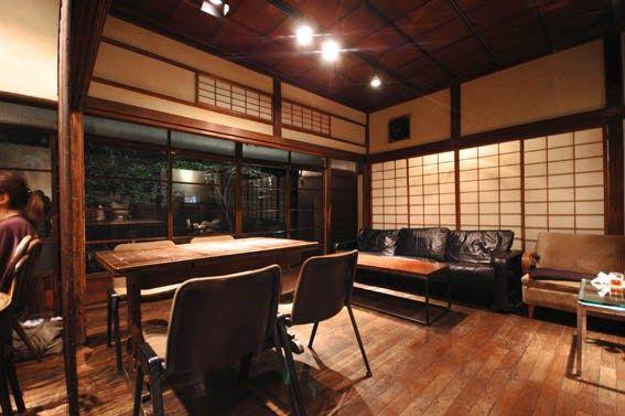 雑誌「建築知識」に連載中のリフォーム・リノベーション・スーパー講座の打合せで、代々木のリノベーションカフェ「DADACafe」に行って参りました。  駅徒歩3分の古い日本家屋を居心地の良いカフェに上手にリノベーションしていました。外から見ると、昔のおじいちゃんおばあちゃんの家のイメージです。  内部も建具はほぼ全て残し、床をフローリングで仕上げ、アンティーク(ユーズド?)の家具をレイアウトし、照明は入れ替えたシンプルな作りとなっていました。  以前は張られていたであろう天井を剥がし、その上の構造は現しとしてあります。懐かしく、ノスタルジーを感じる空間で、他のお客様たちも随分ゆっくりしていました。  こちらが玄関の様子です。住宅として使うことになると、建具の気密性や部屋の断熱性、さらには細かい仕上の精度などが気になるので、このようなリノベーションは難しいと思いますが、日本家屋のシンボル(?)である屋根瓦と木製建具が上手く残されていることで、古い住宅の雰囲気を残した空間に仕上がっていることに感心しました。…