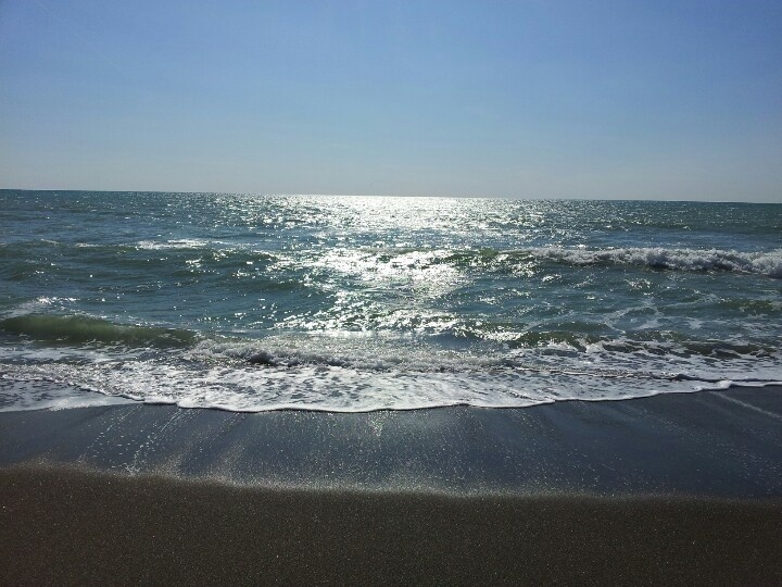 Mar Tirreno: la battigia #tirreno #maremma #toscana