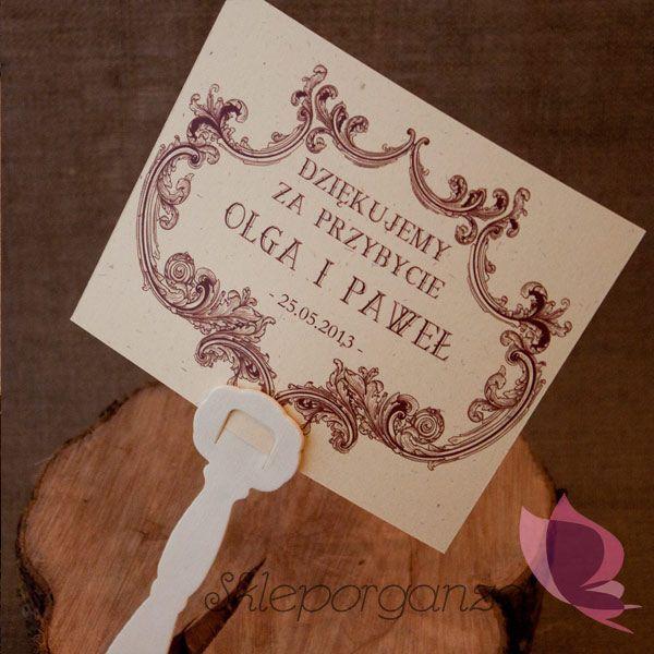 Uczestnicy przyjęcia z pewnością ucieszą się na widok spersonalizowanych upominków w postaci eleganckich wachlarzy z imionami Młodej Pary i datą uroczystości. To nie tylko piękna ozdoba weselnego stołu, ale też wspaniała pamiątka z ceremonii zawarcia związku małżeńskiego.