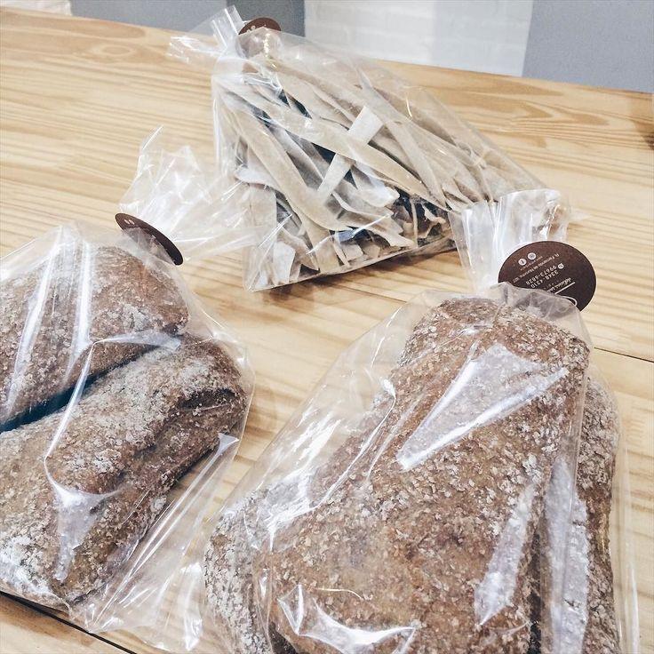 MENU DA SEXTA    Delivery: 3348-4210 // Whats: 9673-6828 - $2 para entregas em Londrina.   Pães Integrais (farinha  orgânica): tradicional ou australiano.   Bolos & Pães de ontem com 20% de desconto.   Bolos do dia:  Cenoura & Gotas de Cacau  Mix de Frutas & Castanhas  Amendoim  Diet: Laranja & Coco   Granola (tradicional ou sem passas) Brownies Cookies Snacks & Paçoca de Pilão.   R. Fernando de Noronha 927 - até às 18h.  Com amor Bolo.