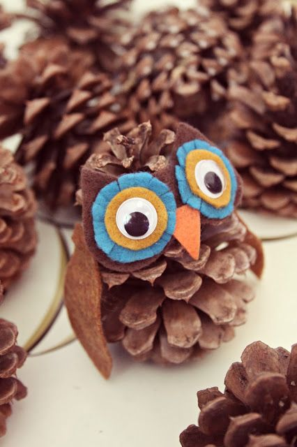 """WhiMSy love: DIY: pinecone owl : 5 colors of felt.  •rust for 2 wings in a leaf-ish shape (2 3/4"""" long/1 1/4"""" at widest point) •orange for the beak (3/4"""" wide x 7/8"""" tall) •dark brown for the face/ears (2 3/4"""" wide x 1 1/2"""" tall at highest point) •turquoise for 2 large eye circles (1 1/4"""" round) •mustard for 2 small eye circles (7/8"""" round)"""
