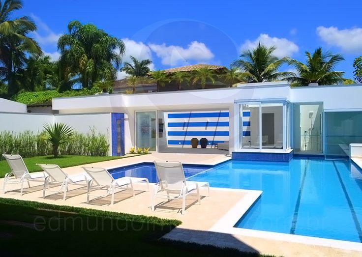 Rodeada por piso anti-térmico, a piscina revestida com pastilhas de vidro azul royal e turquesa possui um desenho único, com deck molhado e duas raias, para quem deseja se exercitar.