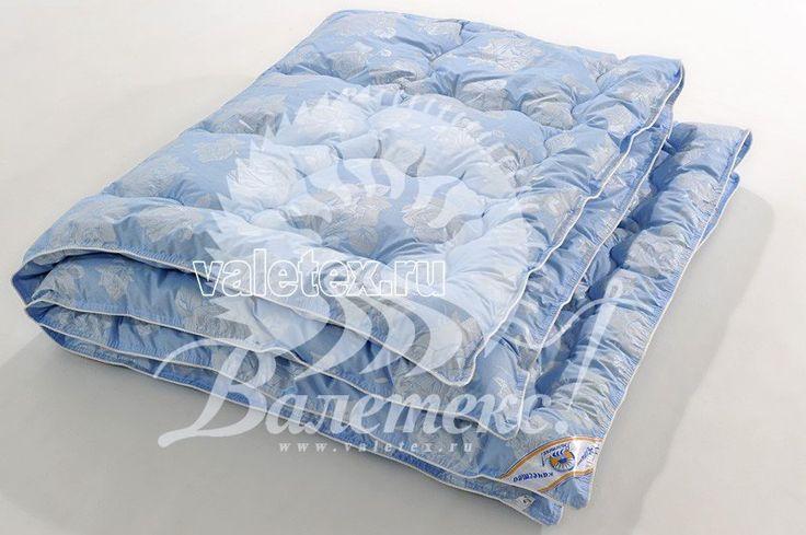 Тёплое одеяло из натуральной овечьей шерсти в светло-голубом тике с рисунком и белым кантом от производителя