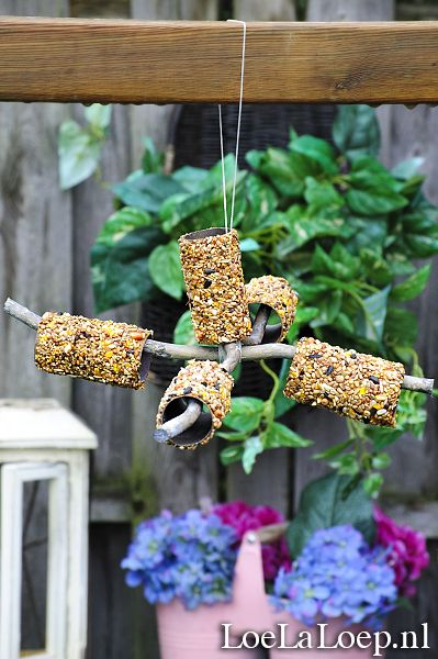 Quick 'n Easy DIY: Bird Feeder Mobile from Toilet Paper Rolls, Peanut Butter & Bird Seed #winter #garden