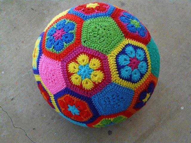 Weet je nog dat ik het patroontje van de Afrikaanse bloem  liet zien? Wat vind je van dit? Allemaal gemaakt van Afrikaanse bloemetjes! Deze ...