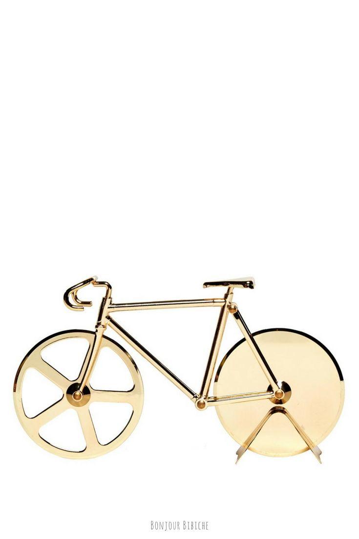 Coup de cœur pour la version dorée du découpe pizza Fixie imaginé par DOIY <3 Un cadeau vraiment cool pour un amateur de vélo ET de pizza, disponible sur l'eshop déco de Bonjour Bibiche au rayon Accessoires de cuisine #accessoires #cuisine #DOIY #bonjourbibiche #velo #fixie #doré #pizza #pizzaparty #cadeau #cadeauoriginal #homme #anniversaire #noel #cycle #gold #deco #décoration #déco #miam