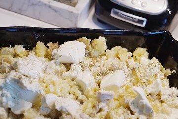 En god och krämig kasslergratäng som jag hittat recept på här. Du behöver till 4-5 portioner: 500 gram kassler Smör 1 / 2 finriven gul lök 1 pressad vitlöksklyfta 3 dl grädde (jag hade matgrädde) 3 dl creme fraiche (jag hade lätt) 1 msk chilisås 1 tsk tomatpure 1 tsk torkad oregano 2 msk finhackad färsk basilika Riven ost Gör så här: 1. Ställ ugnen på 225 grader 2. Strimla kasslern och lägg i en ugnssäker form. (Jag fräser alltid på kassler en liten stund i pannan tills den fått lite fär...