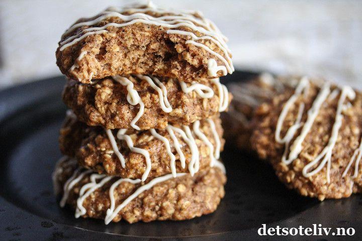 Dette er noen utrolig gode og myke havrecookies, som faktisk er nokså sunne også! Her erstattes hvitt mel med havregryn og sammalt hvete, og sukkeret med lønnesirup. Kanel og vanilje og den nydelige ostekremglasuren gir veldig god smak. Oppskriften gir ca. 12 kaker.