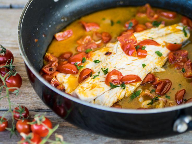 La spigola all acqua pazza è un secondo di pesce molto gustoso preparato con ingredienti semplici della tradizione mediterranea.