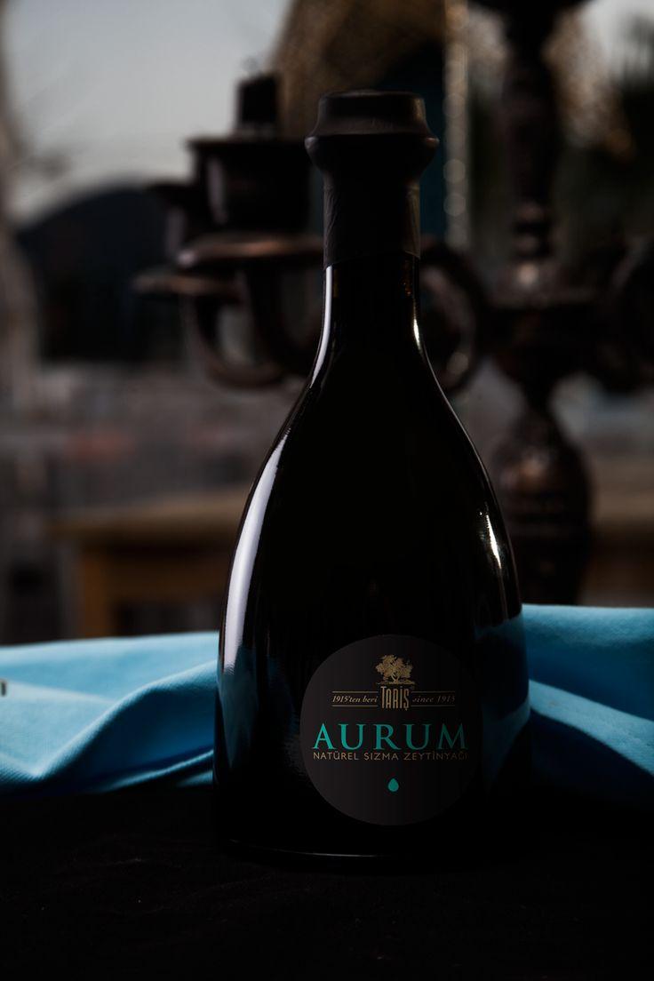 """Aurum adı verilen bu özel zeytinyağı """"Sinolea Sistem"""" ile üretilir. Zeytin meyvelerine basınç uygulanmadığından üretimi sırasında normal sıkımdakinden çok daha fazla zeytin kullanılır. Bu özel üretim yöntemine """"Soğuk Damlama"""" denir.  Zeytinler sıcak su ile işlem görmediğinden bu nadide zeytinyağı en yoğun zeytin aromasına sahiptir."""