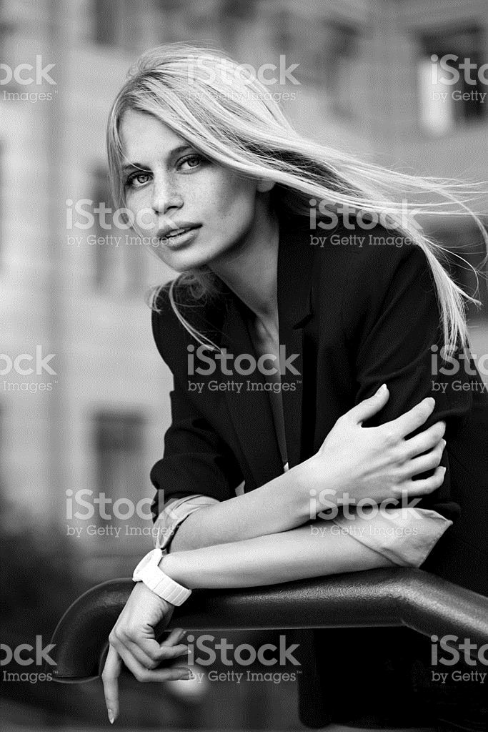 Красивые женщины, которые позируют на открытом воздухе – роялти-фри стоковая фотография