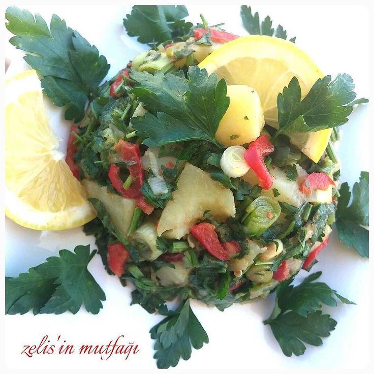 En güzel mutfak paylaşımları için kanalımıza abone olunuz. http://www.kadinika.com Eskimeyen Özel Lezzet Bence PATATES SALATASI Farklı salata tarifleri deniycez diye Eskileri unutmayalım  PATATES SALATASI 3 küp doğranmış haşlanmış patates  2 dal taze soğan  1 dal taze sarımsak  1 kırmızı biber Maydanoz  Bol limon Tuzkarabiber kimyonzeytinyağı  Yesillikleri dogruyoruz hepsini çukur bir kabta karıştırıp tuz limon zeytinyağı ve baharatlarla lezzetlendirip servis ediyoruz #lezizsalatalar