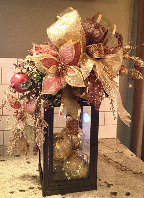 Cette liste est pour un butin de lanterne de Noël très élégant. Le swag est fait avec des photos de Noël de qualité, y compris les poinsettias, perles fruits et verdure de Noël. Le swag est fini avec plusieurs rubans de coordination en cuivre, sauge verte et des tons or.  SWAG mesure environ 18 pouces de longueur. Pour une utilisation sur une plus grande lanterne.  Lanterne et Noël ampoules non comprises, (mais cest une excellente façon de finir votre look!)