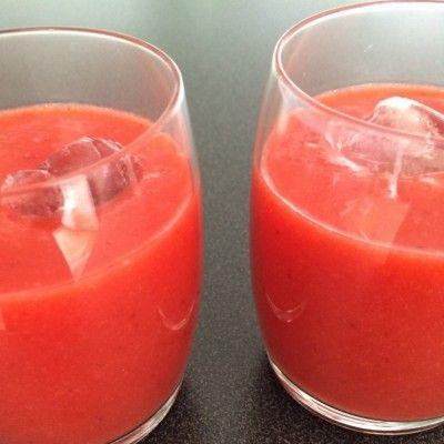 Aardbeien fruit smoothie met ijsblokje
