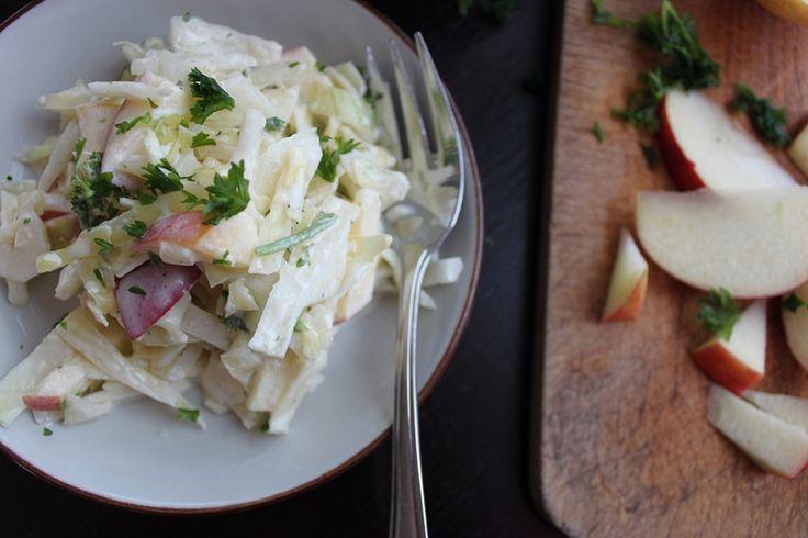 Kålsalat er ikke bare billigt og monster sundt – det kan også være ultra-lækkert. Der ryger masser af kål indenbords her hjemme om vinteren, når udvalget i butikkernes grøntafdeling ikke er n…