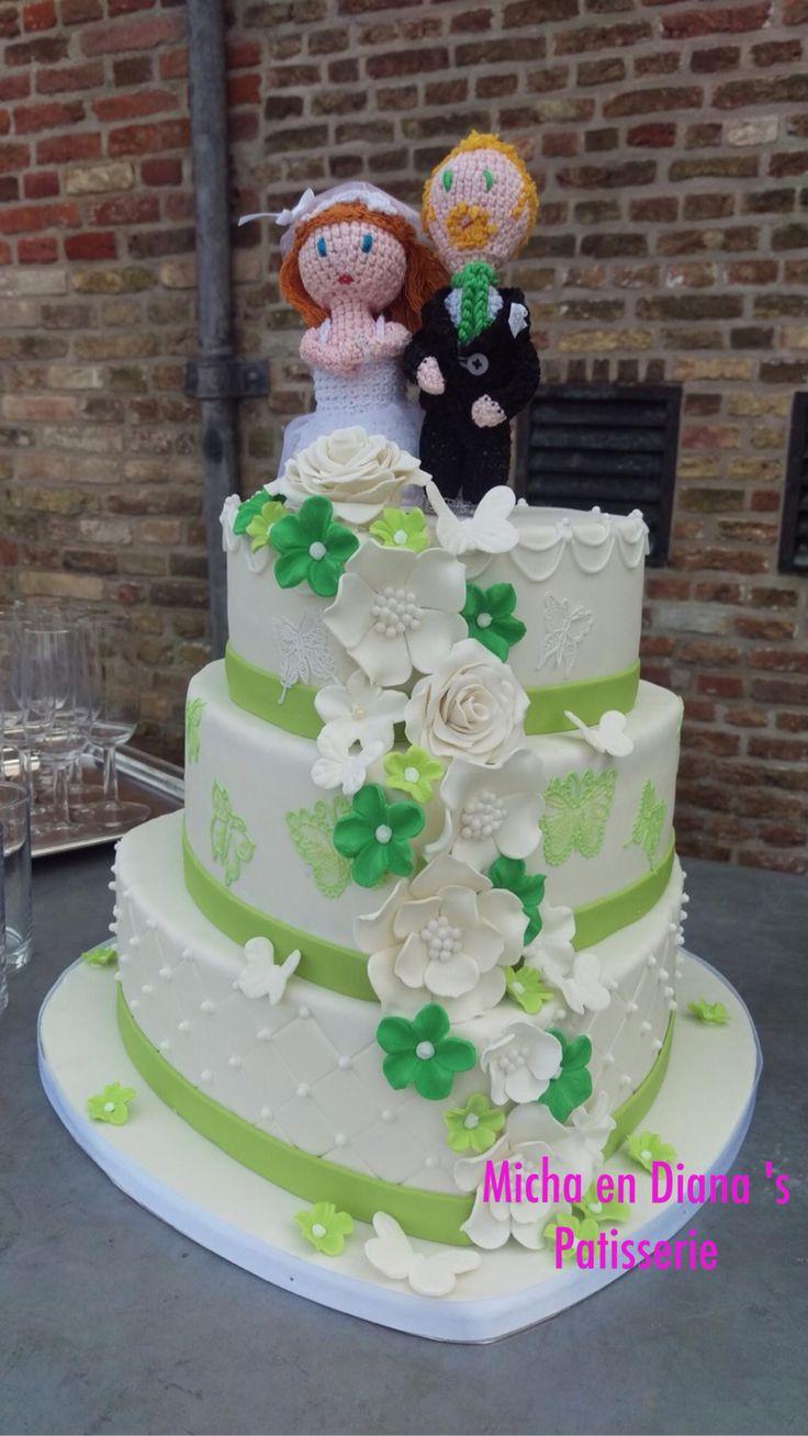 Fris groene details op hartvorm bruidstaart.