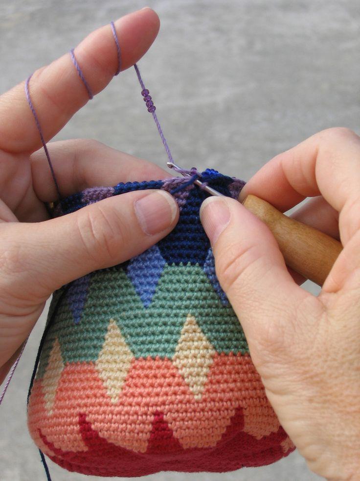 Beadedtcbasketstitch/ Tecnica Wayuu/Tapestry/ Maria L.Bertolino/ www.pinterest.com...