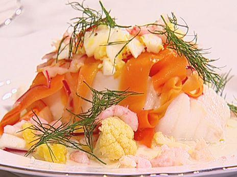 Ångad torsk med ägg, räkor, västerbottensost och citronsyrade grönsaker