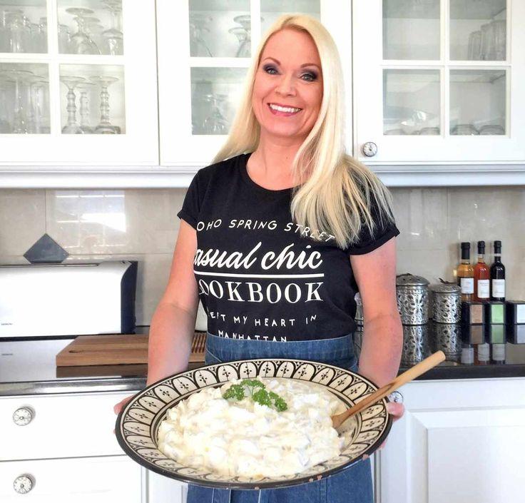 Farmoren min var utrolig god til å lage mat og hun laget virkelig Verdens bestehjemmelagde potetsalat. Jeg var heldig å få oppskriften, og i dag deler jeg den for første gang på bloggen. Den passer perfekt til grillmat, på koldtbordet eller sammen med en god salattil fisk eller kjøtt. Den er en god klassisk potetsalat …
