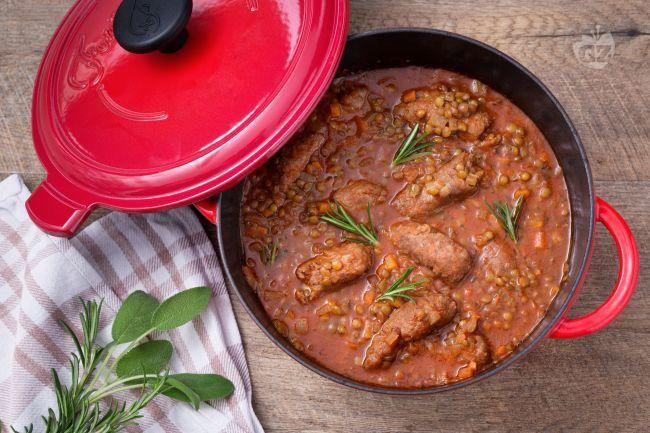 Le lenticchie e salsiccia sono un piatto della tradizione contadina, rustico e sostanzioso che non teme la scarpetta!