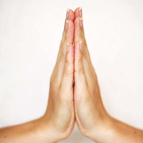 Cvičení prstové jógy Anděl mudra Pomáhá uklidnit tok myšlenek, po čem se začnete snadněji soustředit. Přiložte si dlaně k sobě do blízkosti hrudníku. Hlavu mírně nakloňte a soustřeďte se na dobro. Ahamakra mudra Posílí vás ve stavu strachu a náhlé nesmělosti. Horní článek palce se dotýká středního článku ukazováčku. Zápěstí by mělo být uvolněné