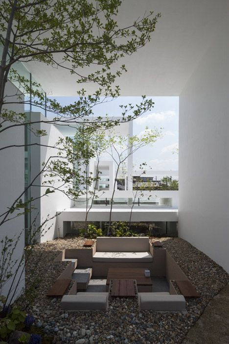 The overlapping layers of this house form terraces that extend inside and living rooms that open out to the garden.