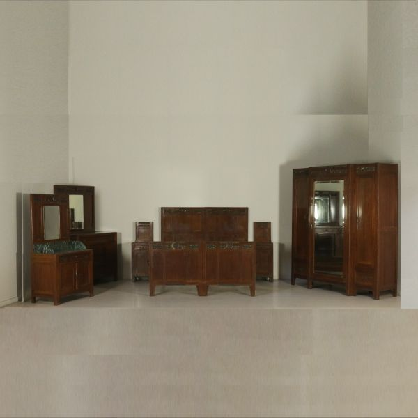 Presenta fregi in bronzo e piani in marmo verde. Composta da armadio tre ante con specchio (224.5x211.5x62), coppia comodini (120x41.5x35), toilette con specchio (80x172.5x49.5), comò con specchiera (99.5x193.5x60) e letto matrimoniale (150x180x204.5).