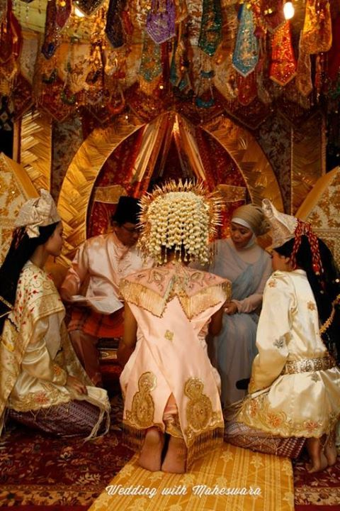 Malam Bainai adalah malam bagi anak daro sebelum melangsungkan pernikahan dalam adat Minangkabau Sumatra Barat. Segala perhiasan yang menggunakan logam mulia emas ikut meramaikan prosesi ini.