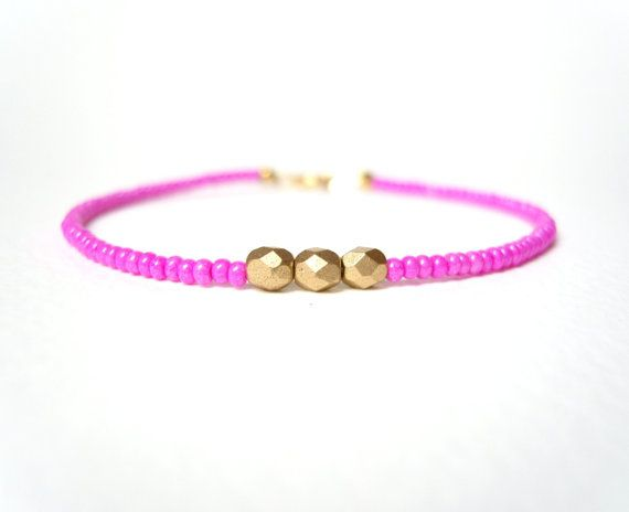 Hot Pink Bracelet Beaded Friendship Bracelet por JewelleryByJora